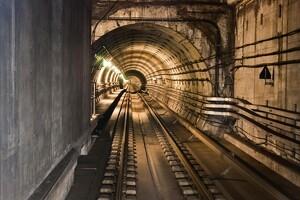 Vandet vælter op af jorden på metrobygggeri