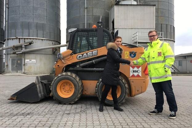 Mette Busk-Jensen fra S.D. Kjærsgaard og Frederik Nymann Christiansen fra Baltic Shipping på havnen i Korsør med den seneste Case maskine. Pressefoto.