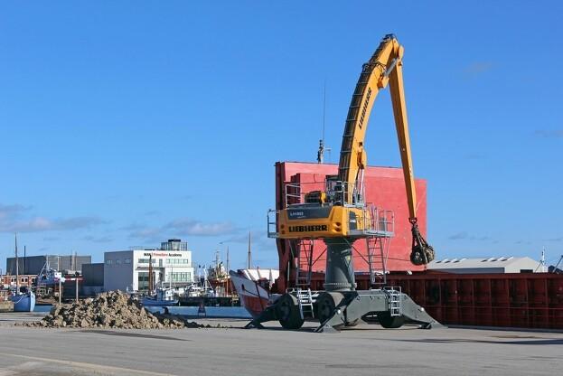Den hedder Liebherr LH 60, men er ret beset en LH 60/80. Materialehåndteringsmaskinen på Frederikshavn Havn er en hybrid med to meter høj pylon. Pressefoto.