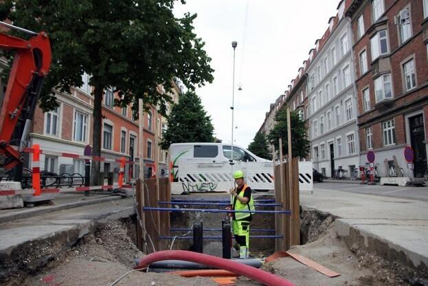 Mellem høje bygninger og træer kan Thomas Wester-Andersen og resten af GIS-afdelingen i Frederiksberg Forsyning modtage centimeterpræcis geolokation takket være GPSnet.dk's brug af alle fire verdensomspændende satellitsystemer. Foto: PR.
