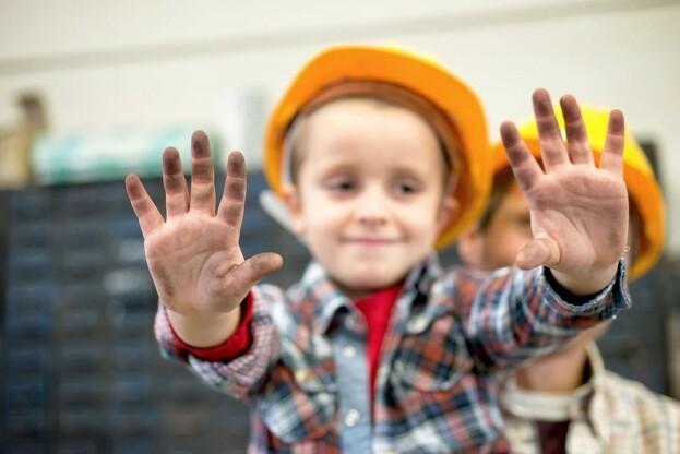 Håndværkere landet over opfordres til at hjælpe udsatte børn og unge i nærområdet. PR-foto.