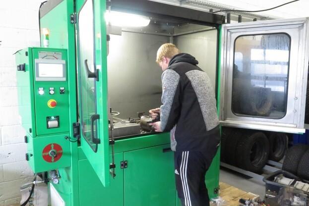 Her er mekaniker Nicolai Molerup fra Nordisk Diesels afdeling i Herning, ved at gøre et dieselpartikelfilter klar til en tryk- og gennemgangsmåling. Foto Jens Jessen.
