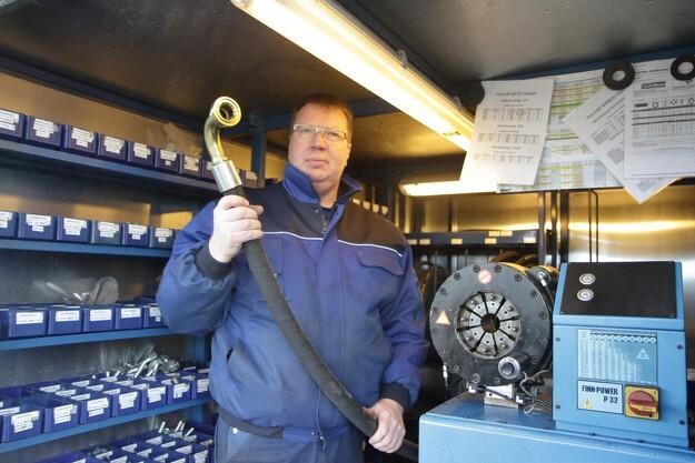 Jels Entreprenør Service er blandt andet specialister i hydrauliske reparationer - både på værkstedet, men også ude ved kunden på grund af en specialudstyret trailer, som Søren Hansen fremviser her. Foto: Niels Johan Juel Jensen.