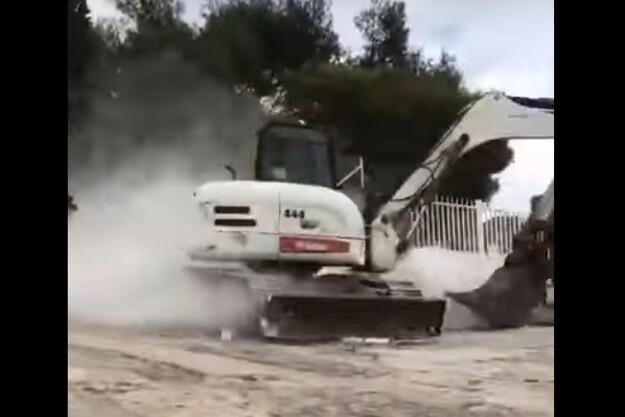Fredagsvideo: Gravemaskine ude af kontrol