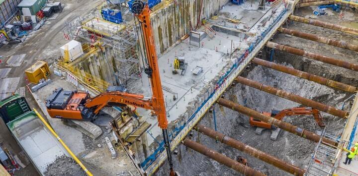 Ny Hitachi med teleskoparm arbejder på 30 meter dyb Metro-skakt i Sydhavn