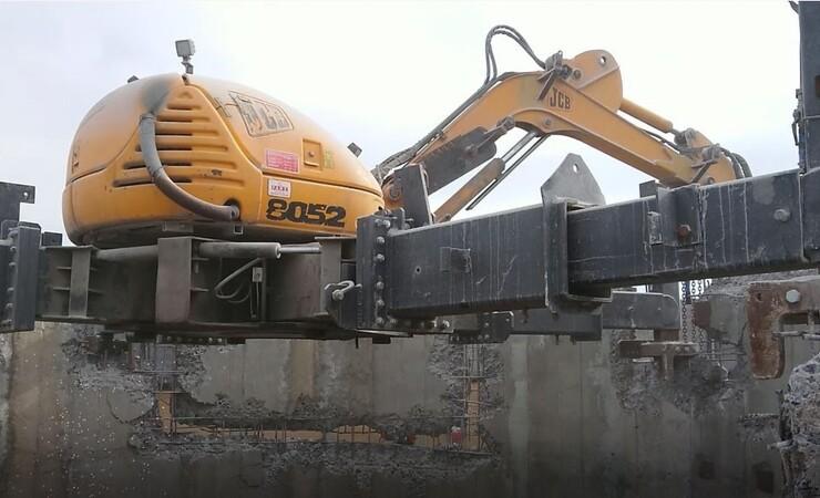 Gravemaskine på arbejde i 150 meters højde