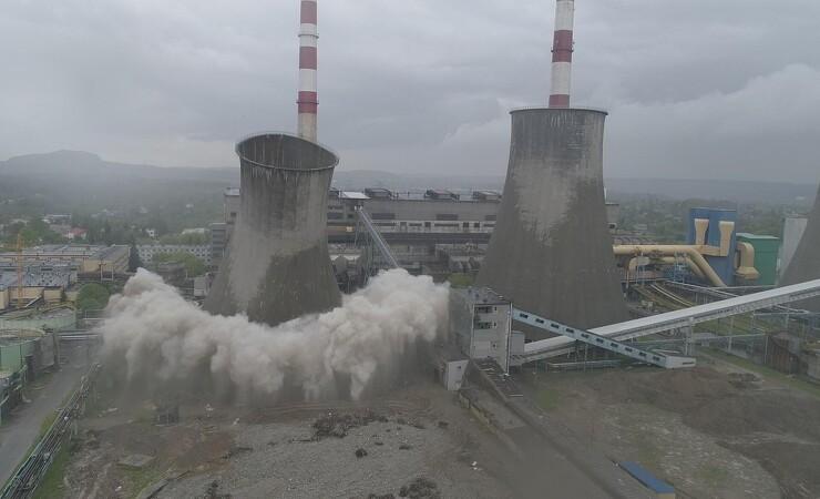 VIDEO: 90 meter højt tårn ryger til jorden på sekunder