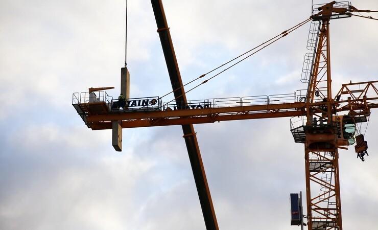 Ajos-kraner løfter ny metroudvidelse