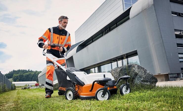 Støjsvag og kraftfuld batteriplæneklipper til store græsarealer