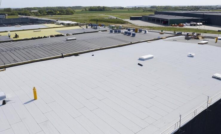Lager i Fredericia får 50.000 kvadratmeter NOx-nedbrydelig tagpap