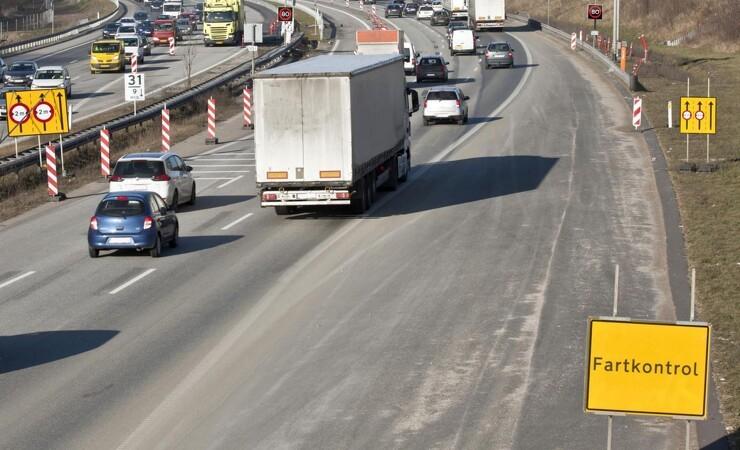 Bilister blæser forbi vejarbejdere