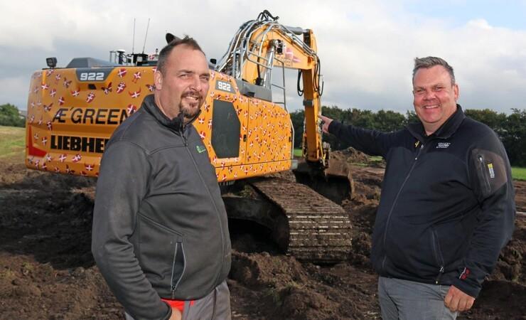 24 tons gravemaskine med 300 x Dannebrog