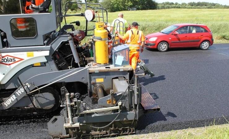 Små og store kommuner bruger flest penge på asfalt og mursten