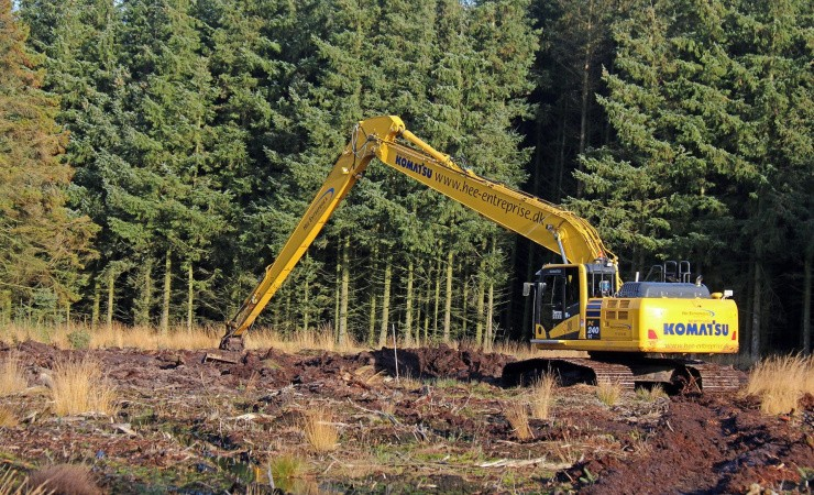 På job i naturen med lang arm