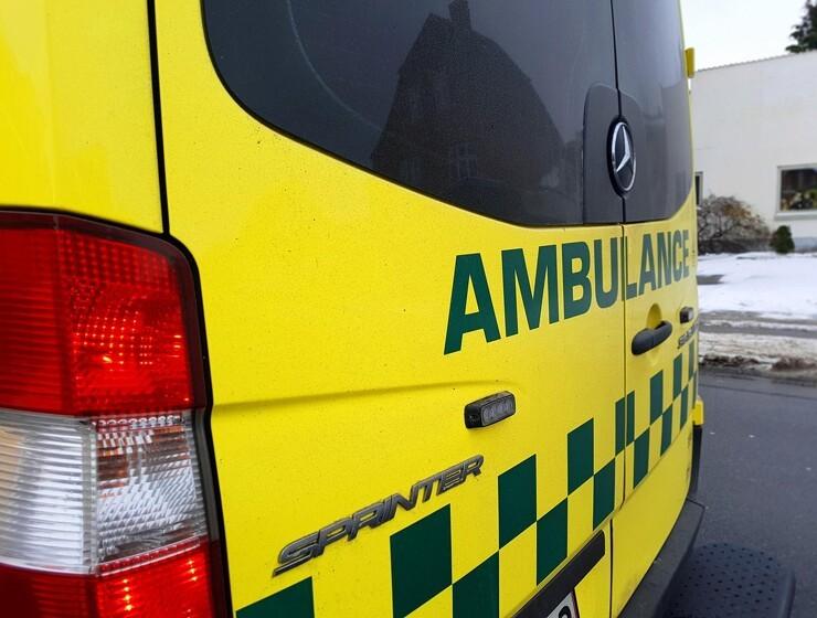 Kvinde dræbt i ulykke med gummihjulslæsser