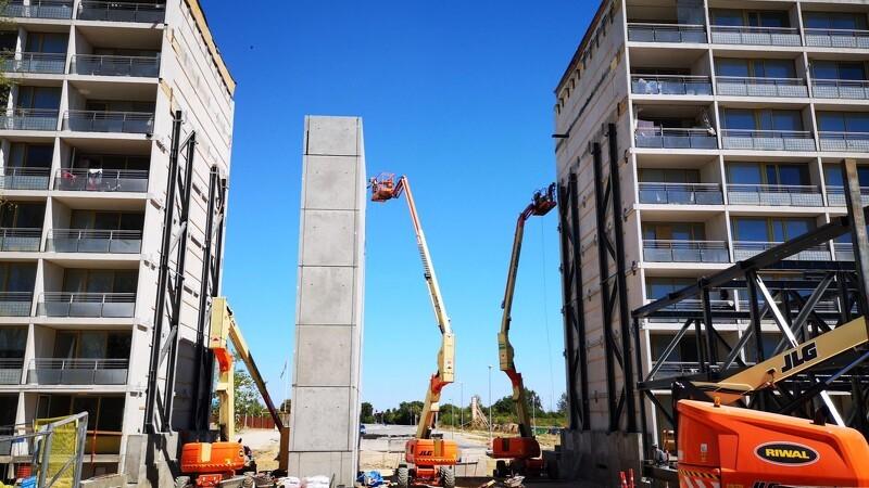 Kran sætter 90 tons stålramme på plads på 8. etage