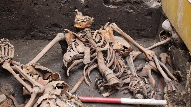 Kloakarbejdere finder massegrav