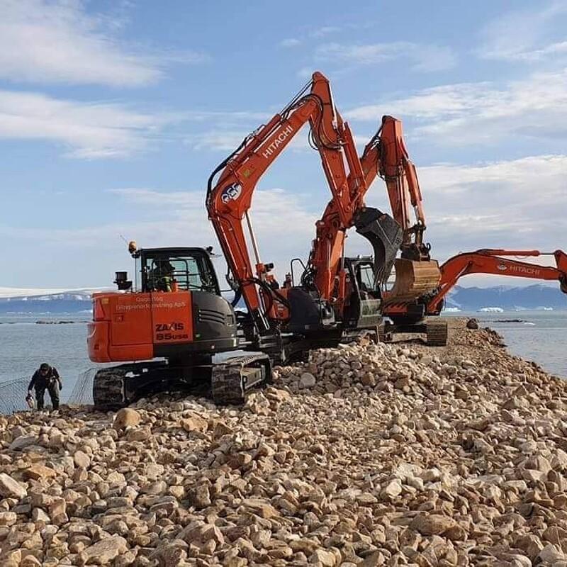 Nye Hitachi gravemaskiner leveret med 2.100 km afstand i Grønland